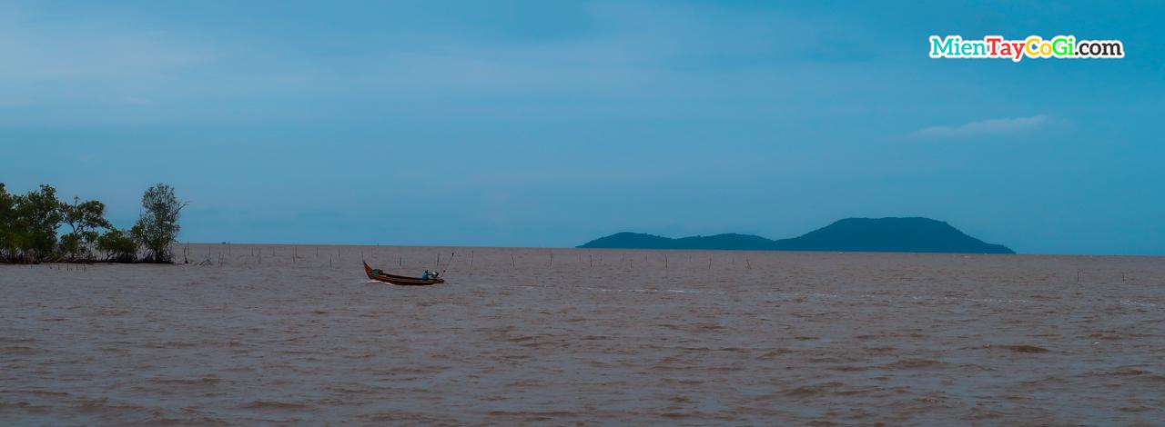 Một con thuyền chênh vênh ngoài biển cả