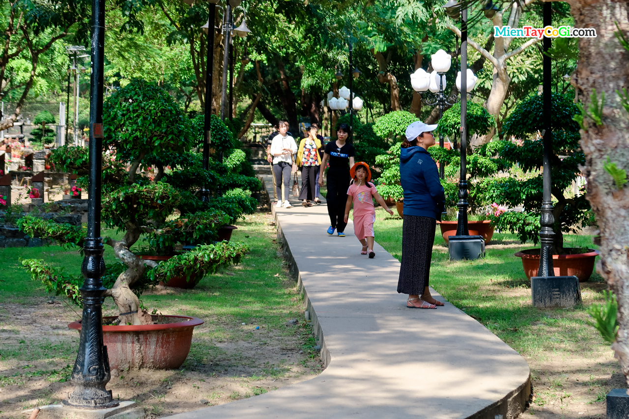 Đường đến mộ chị Võ Thị Sáu