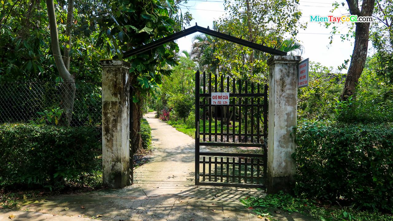 Cổng vào Vườn ca cao Mười Cương