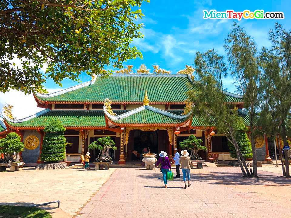 Chánh điện Mẹ Nam Hải