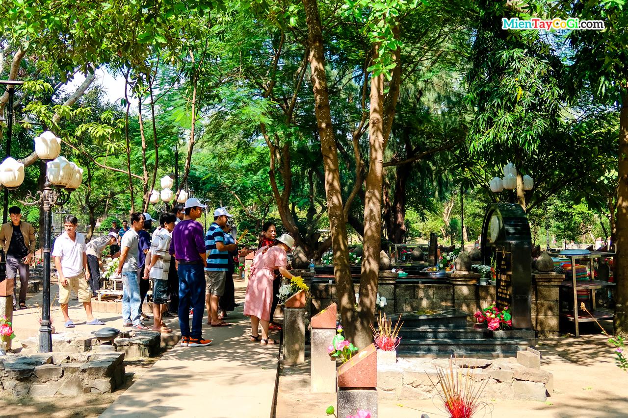 Dòng người viếng thăm mộ Võ Thị Sáu