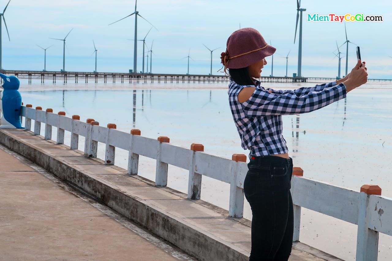 Khách du lịch chụp hình ở cánh đồng điện gió Bạc Liêu