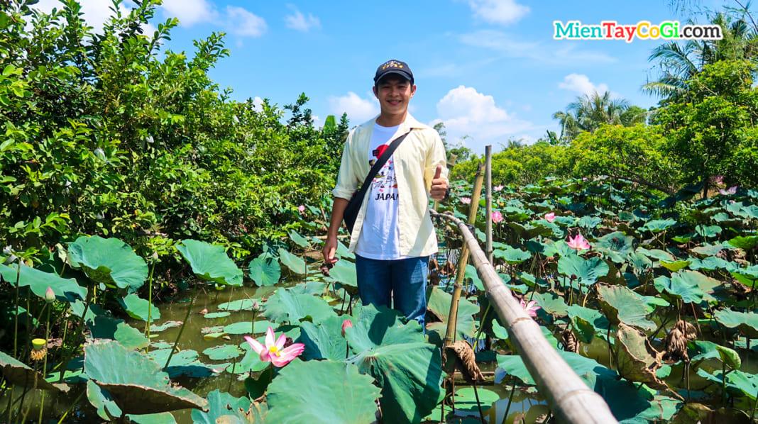 Khách du lịch hào hứng tham quan ao sen Cồn Sơn