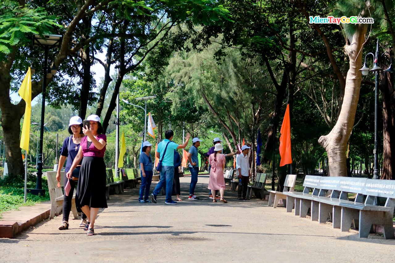 Khách tham quan nghĩa trang Hàng Dương