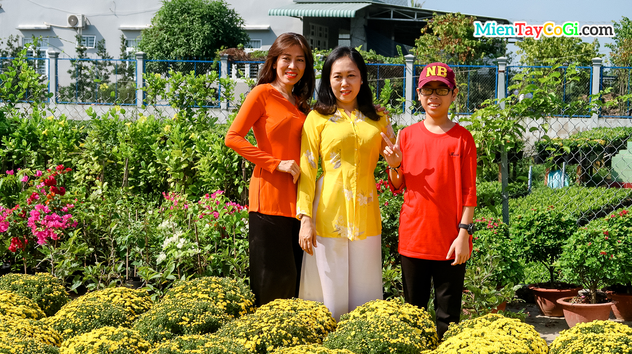 People dressed in Ba ba clothes (Traditional clothe of Vietnamese) took New Year pictures at the flower village