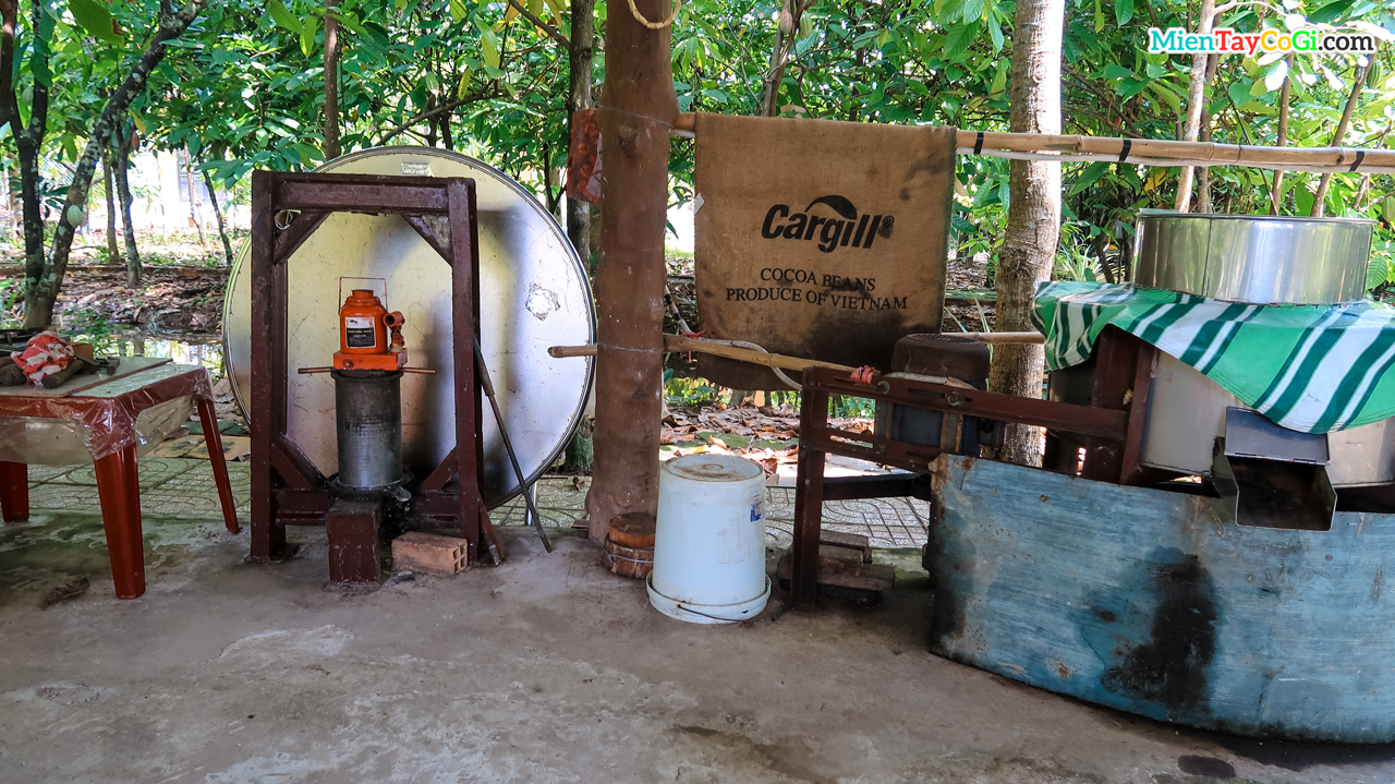 Traditional tools for making cocoa into chocolate