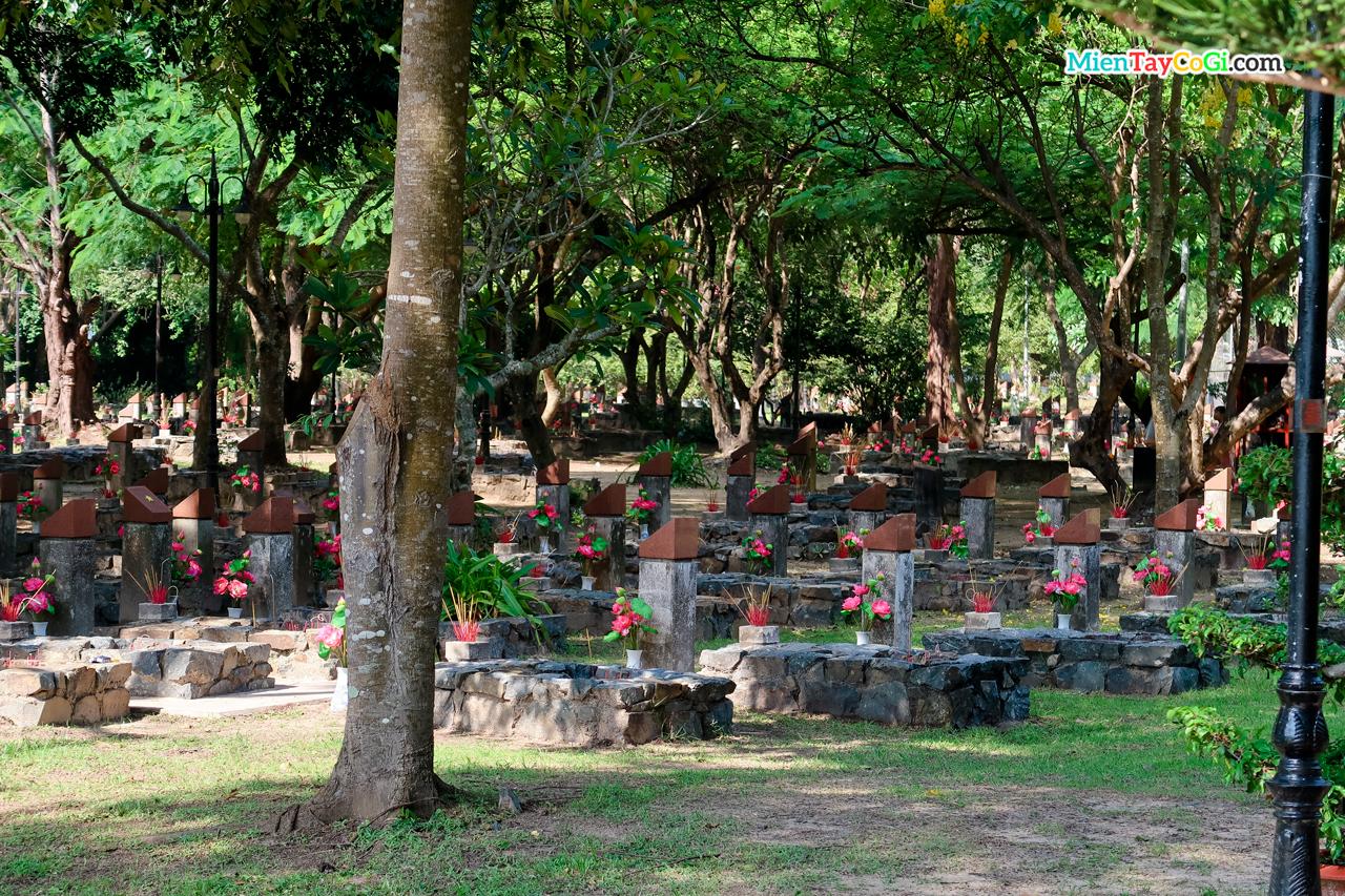Những ngôi mộ ở nghĩa trang Hàng Dương