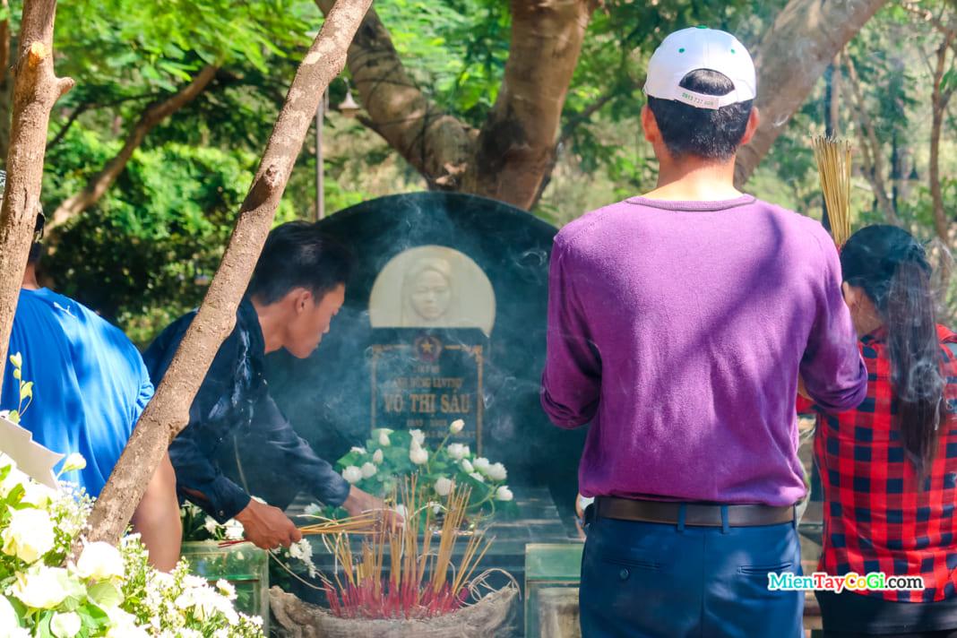 Nhang khói nghi ngút của những người tin vào sự linh thiêng Võ Thị Sáu