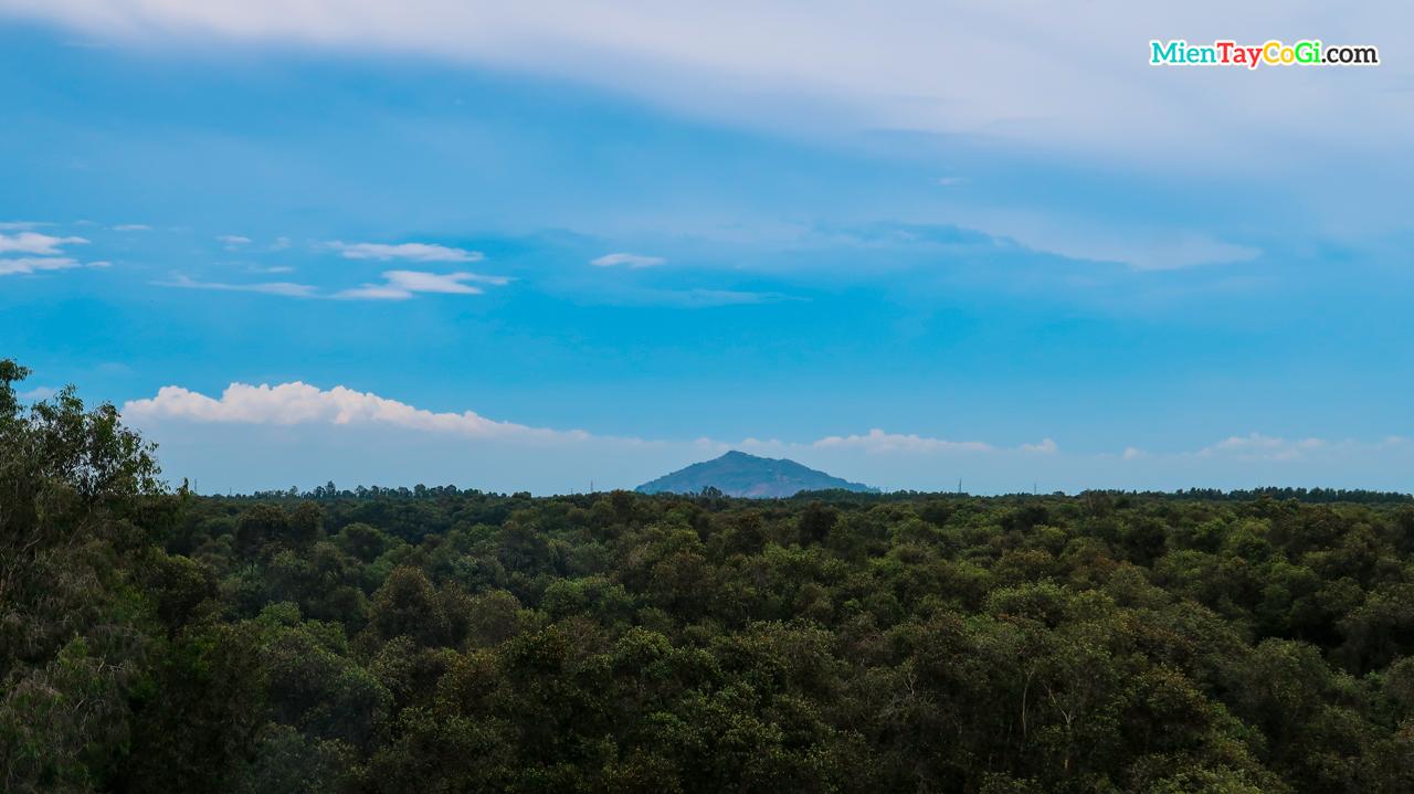 Từ tháp quan sát có thể trông thấy ngọn núi từ xa
