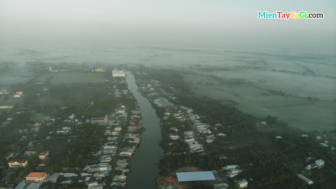 Dòng sông ở thị xã Long Mỹ Hậu Giang chìm trong sương mờ