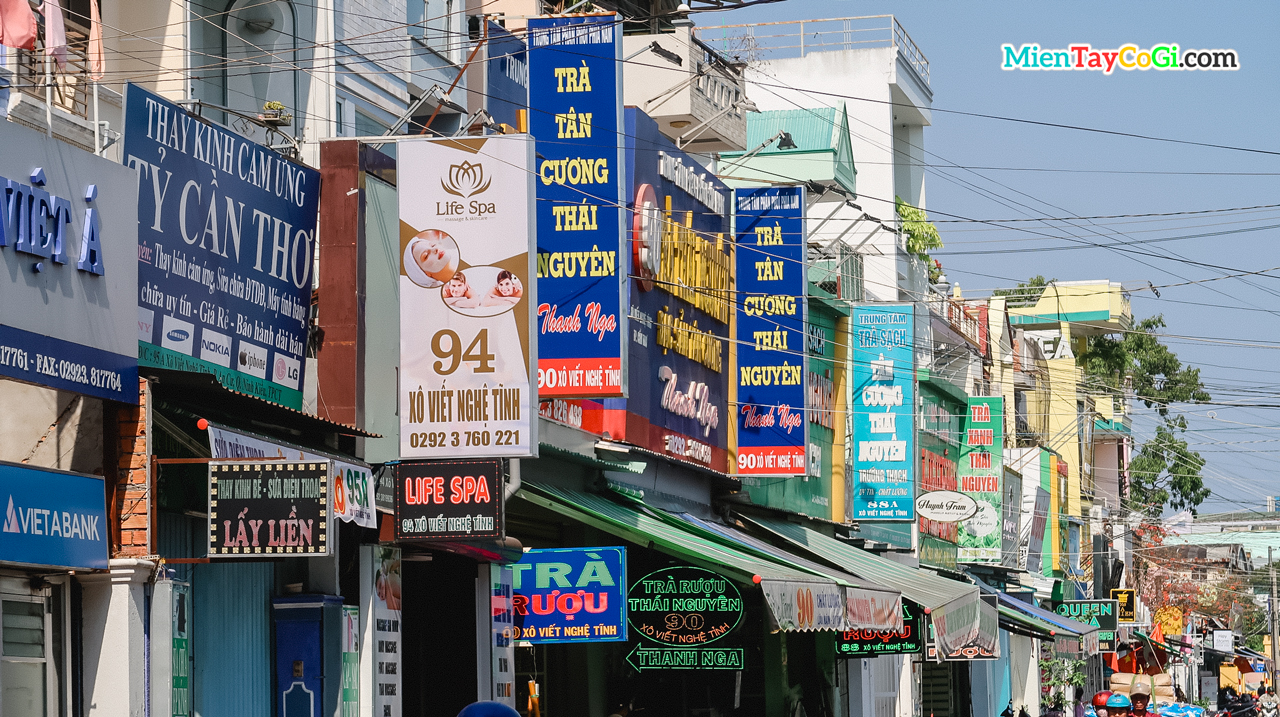 Đường Xô Viết Nghệ Tĩnh đầy biển hiệu ở thành phố Cần Thơ