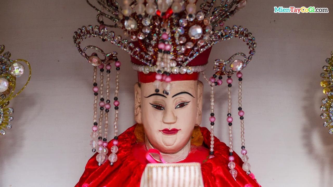 Điêu khắc của tượng Mẫu bên trong chùa Quan Âm