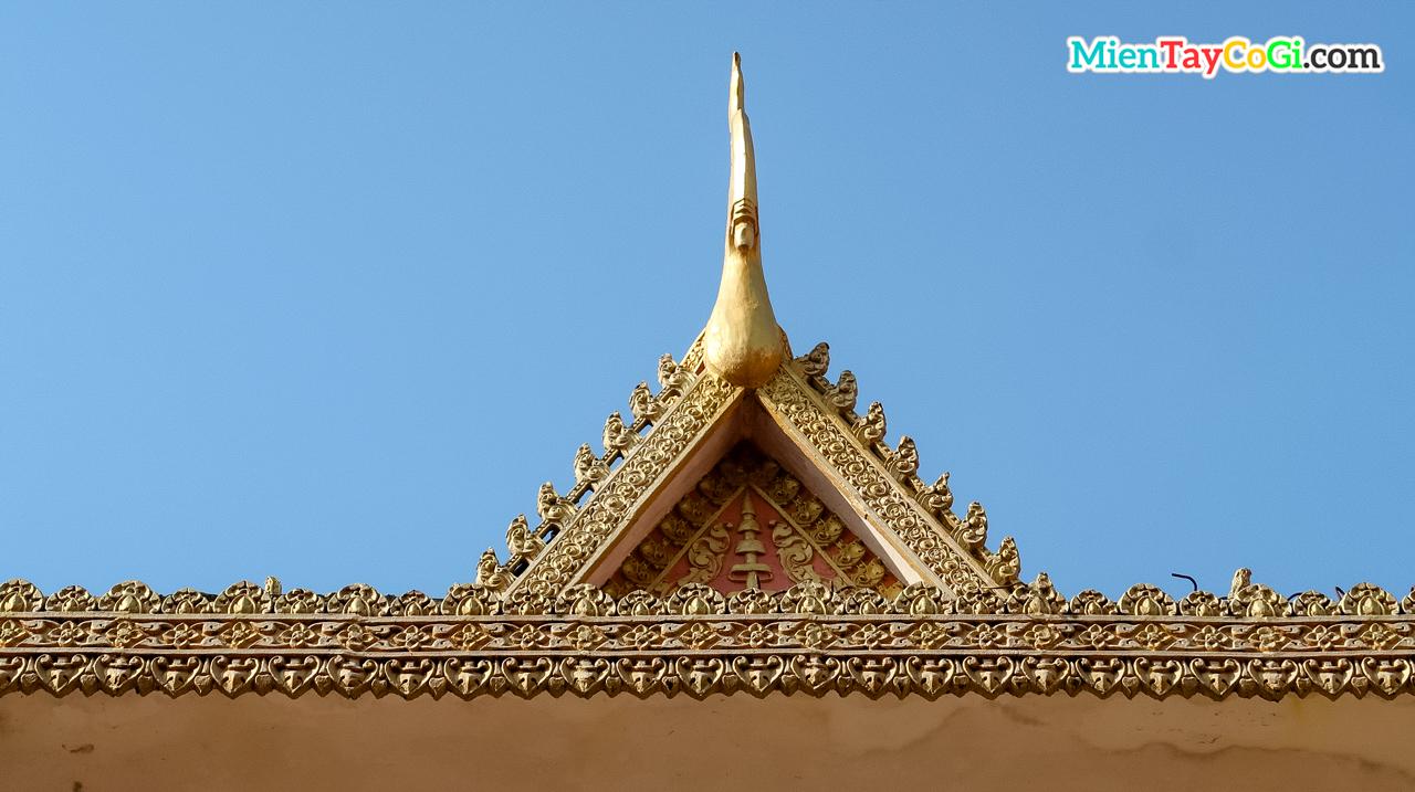 Điêu khắc chim thần của người Khmer trên mái