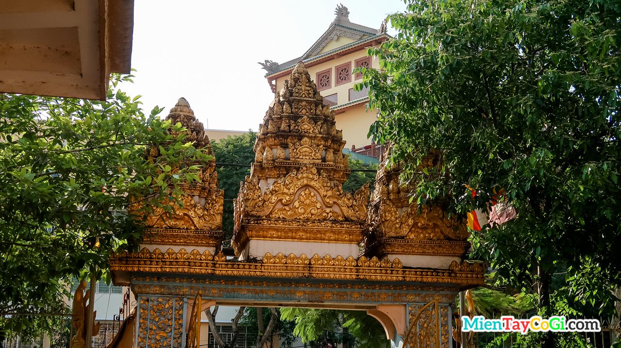 3 ngọn tháp tam bảo trên cổng vào chùa Khmer Cần Thơ Muniransay