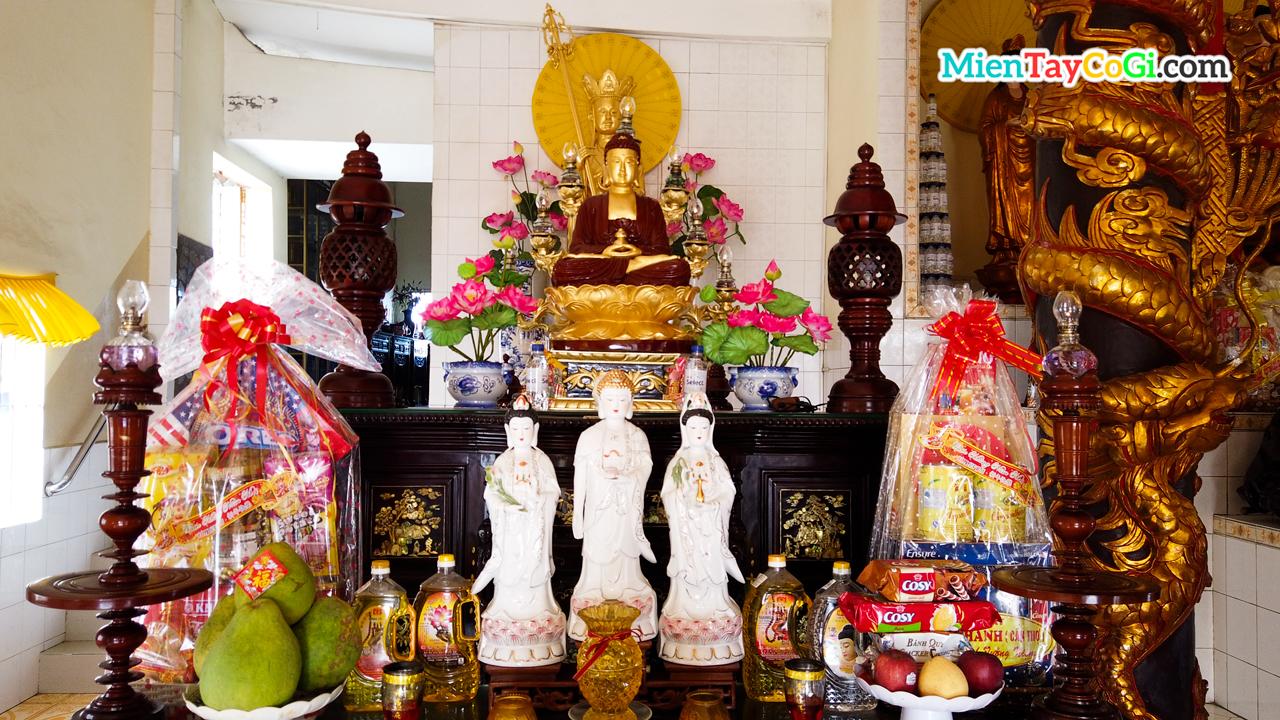 Bàn thờ Địa Tạng Vương Bồ Tát tầng trên
