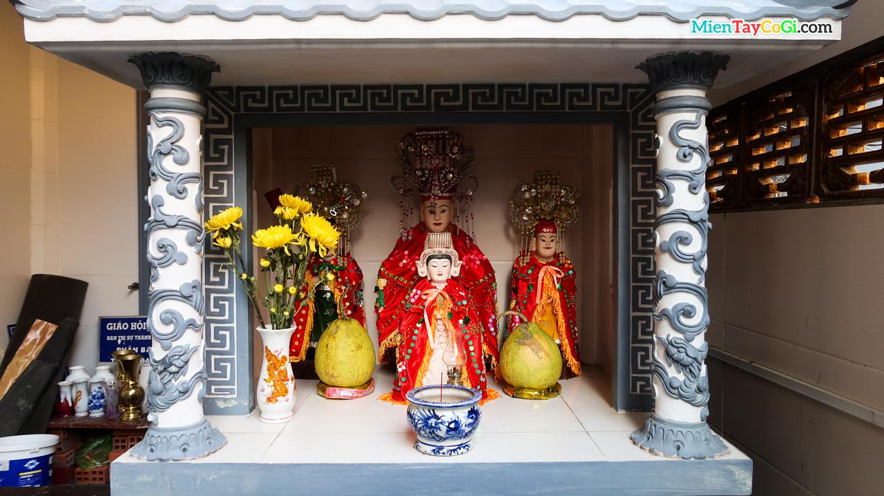 Bàn thờ Mẫu ở chùa Quan Âm Cần Thơ