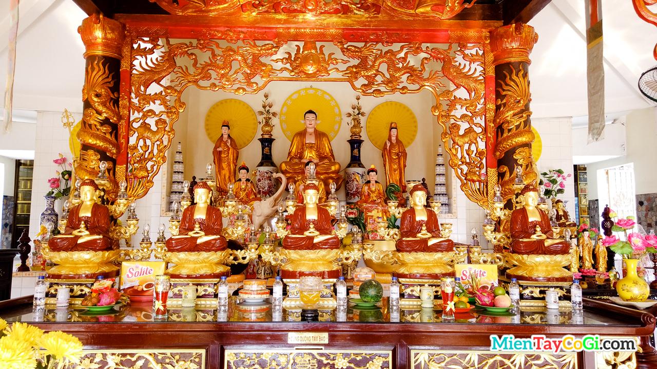 Bàn thờ Phật A Di Đà ở Chánh Điện tầng trên