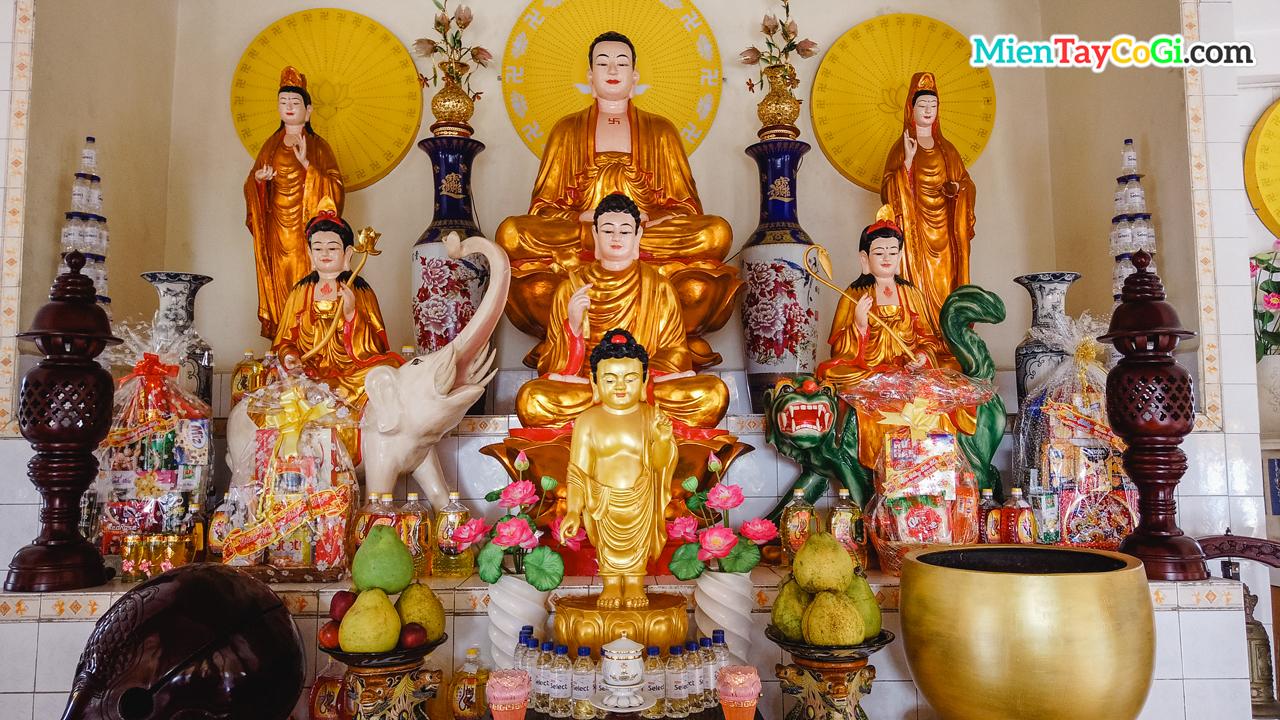 Bàn thờ Phật A Di Đà tầng trên Thới Long Cổ Tự
