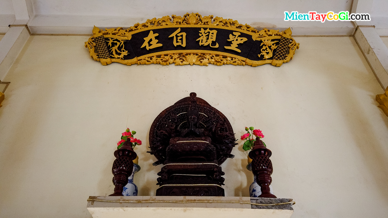 Bàn thờ Quan Âm Nghìn Tay Thới Long Cổ Tự