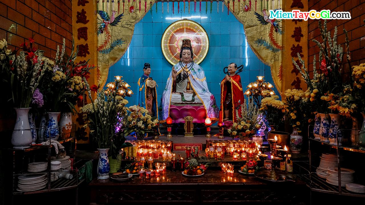 Bàn thờ Quan Thế Âm Bồ Tát ở chùa Ông Cần Thơ