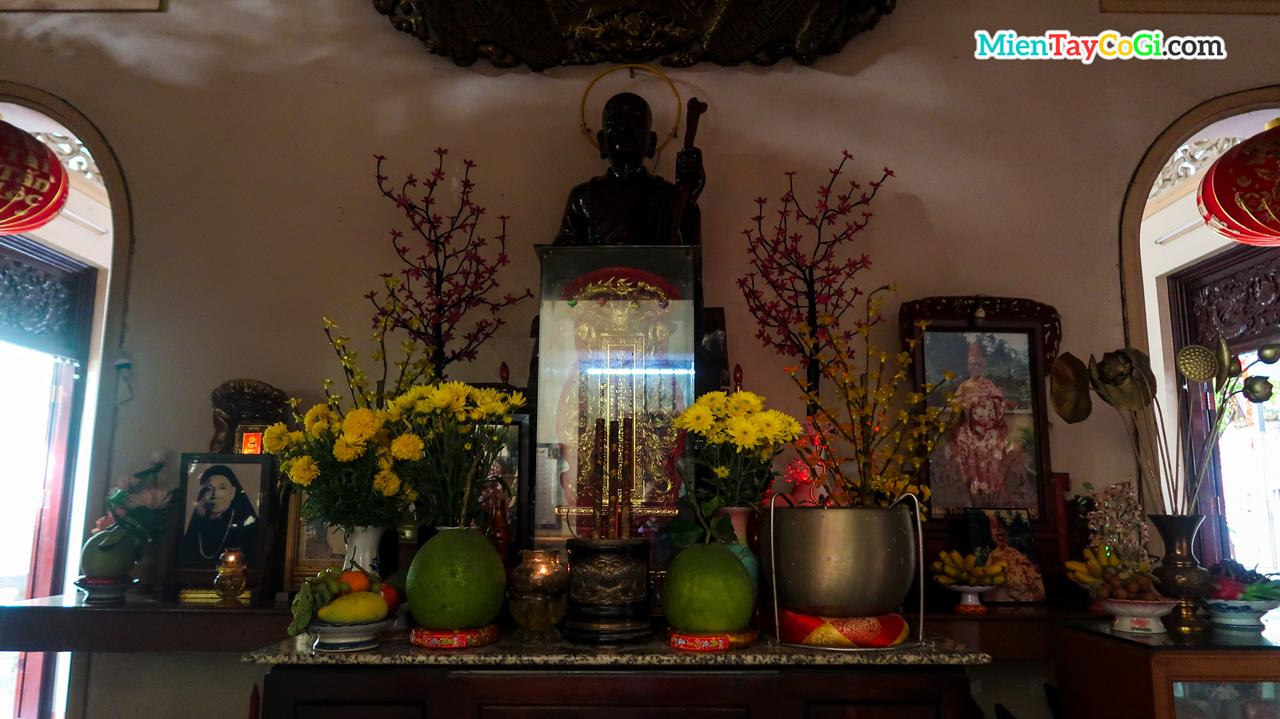 Bàn thờ tổ sư chùa Quang Đức