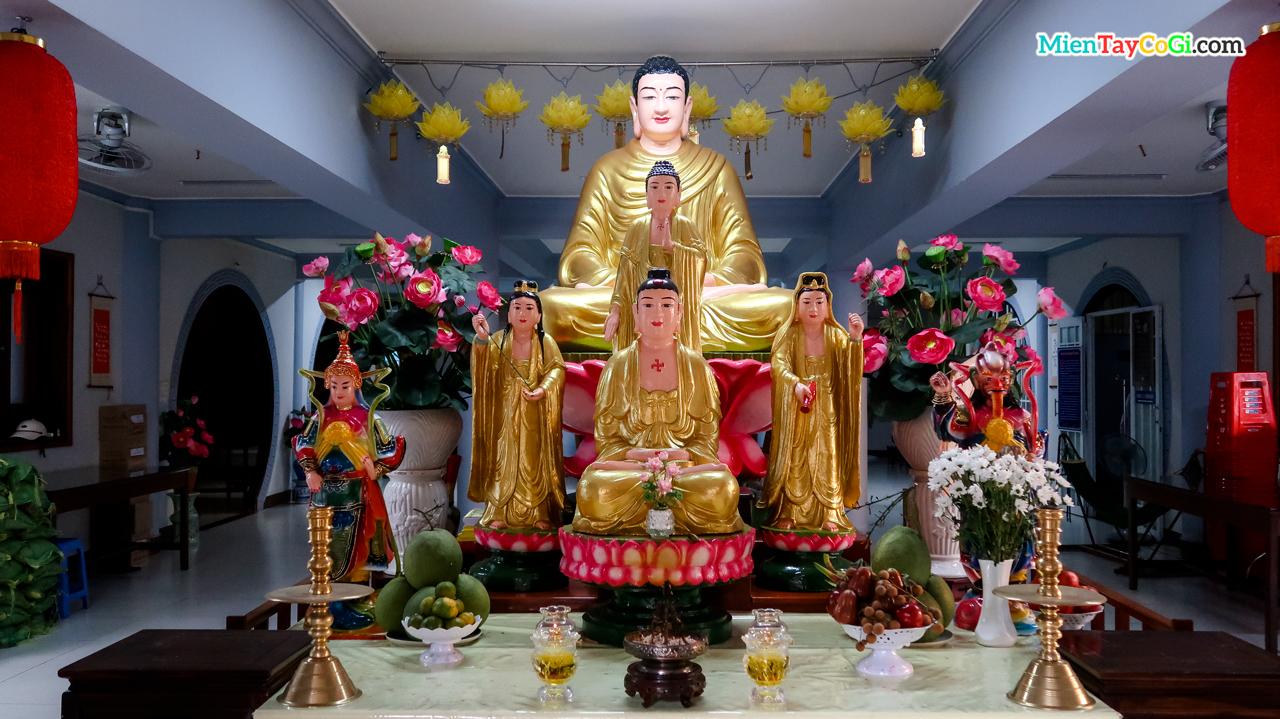 Bên trong chùa có thờ Phật A Di Đà