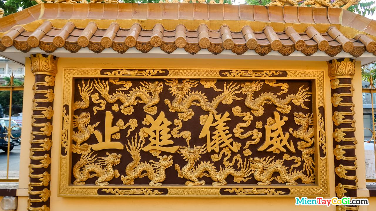 Bảng chữ Hán điêu khắc khá nhiều hình rồng
