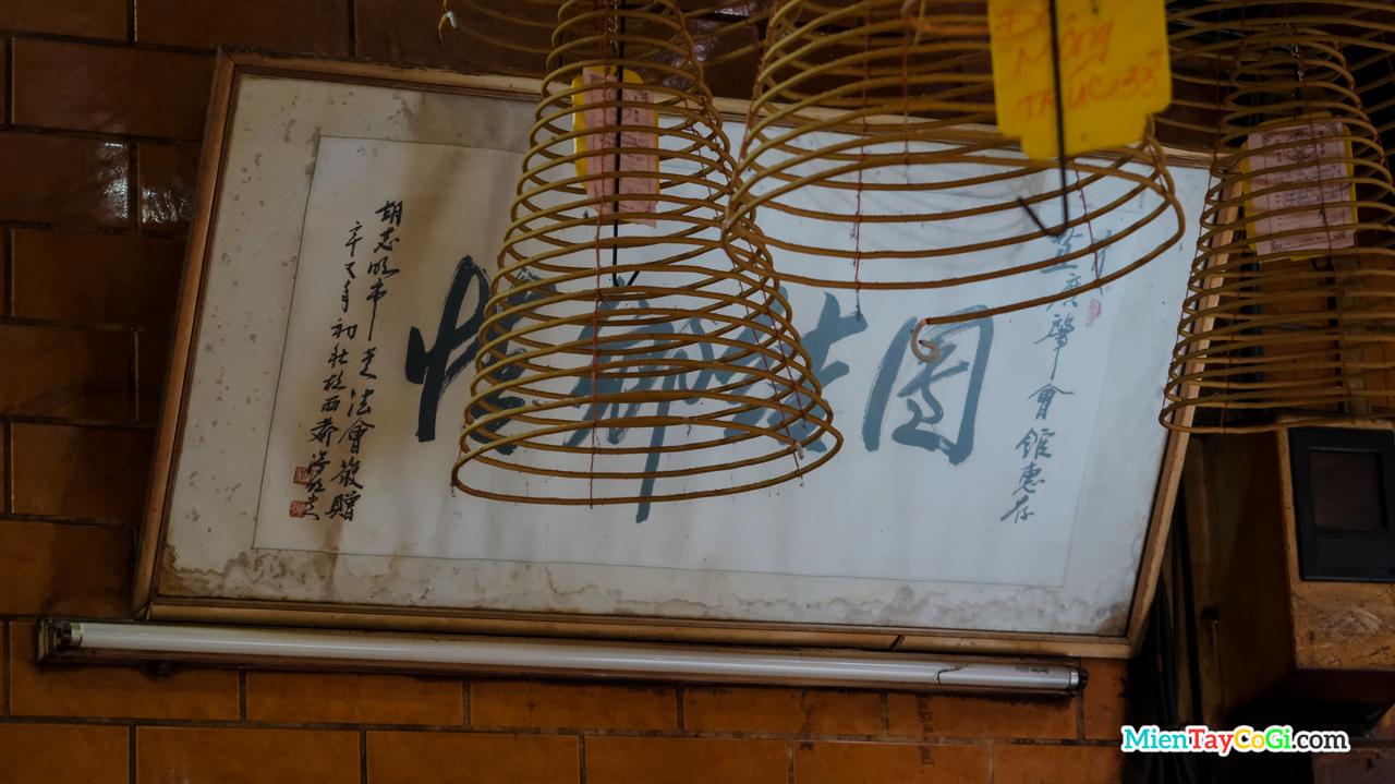 Bảng hiệu cũ của chùa Ông