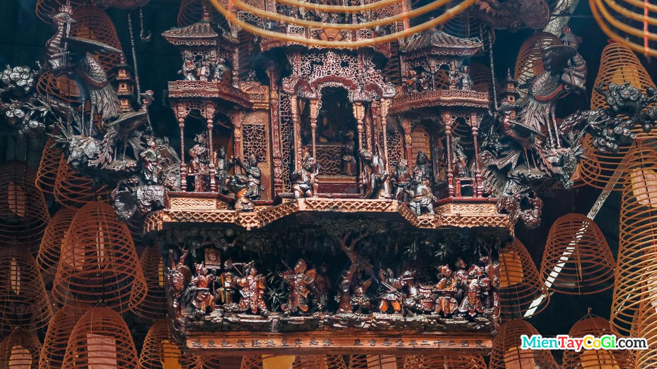 Bức phù điêu ở trong chánh điện chùa Ông Cần Thơ