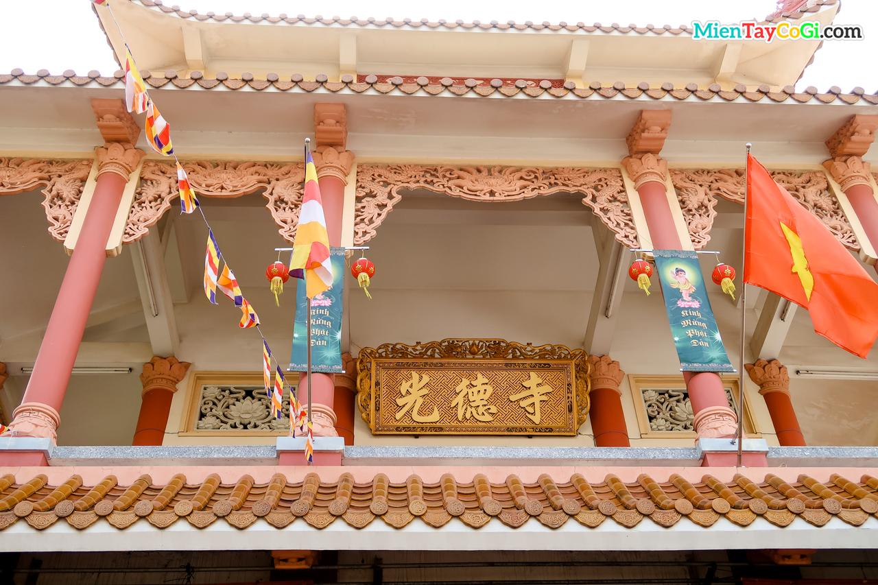 Bảng hiệu Hán tự chùa Quang Đức ở tầng trệt