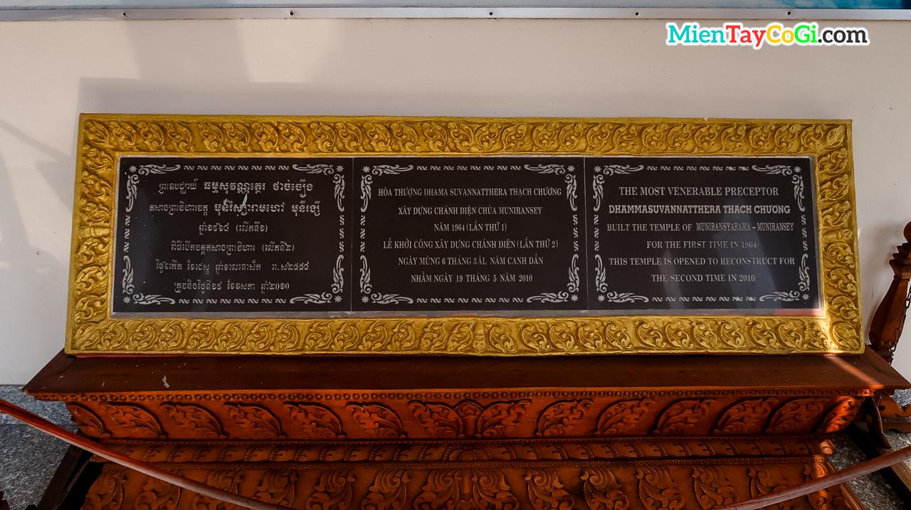 Bia ghi lại lịch sử xây dựng chùa Khmer Cần Thơ