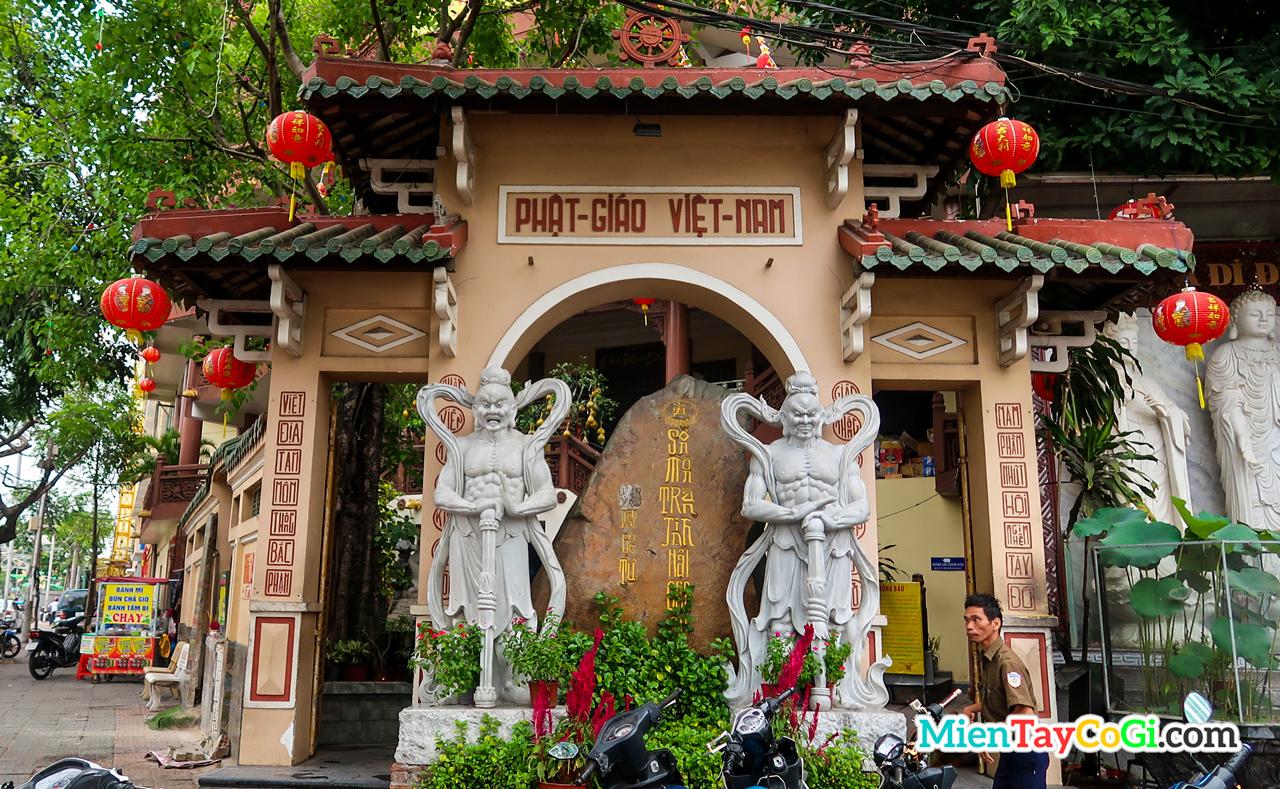 Cổng tam quan chùa Phật Học