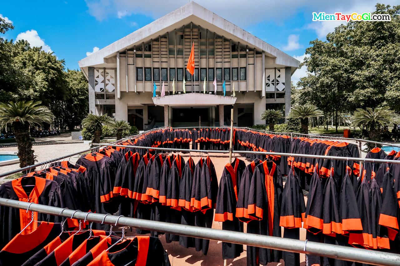 Chuẩn bị trước lễ tốt nghiệp của CTU