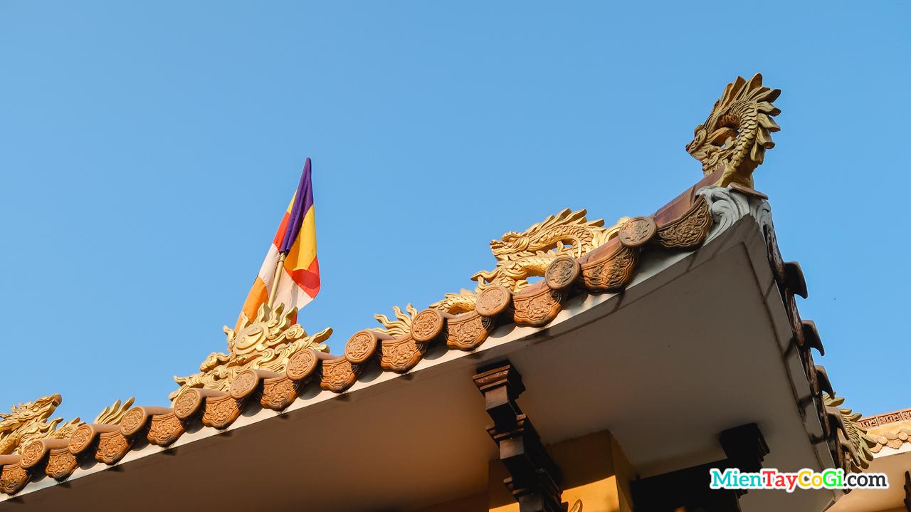 Góc trên phần mái của chùa Thới Long Cổ Tự