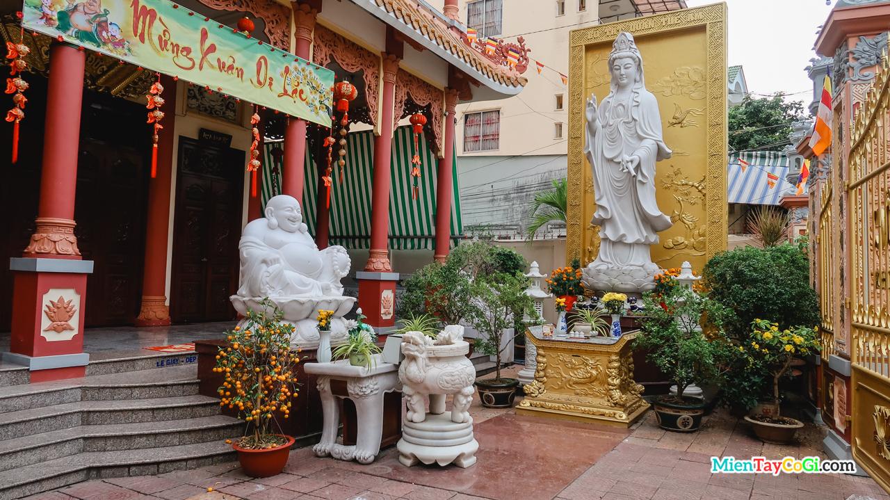 Khuôn viên bên ngoài chùa Quang Đức Cần Thơ
