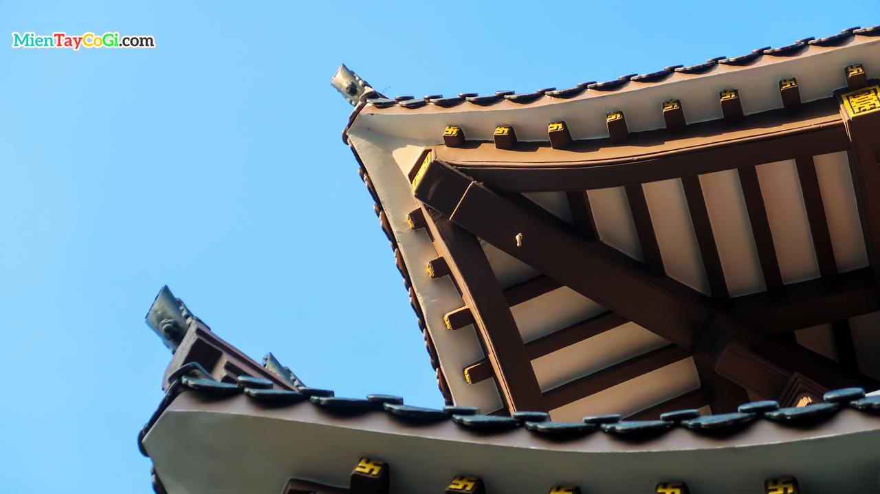 Kiến trúc phần mái ngói của chùa Quan Âm