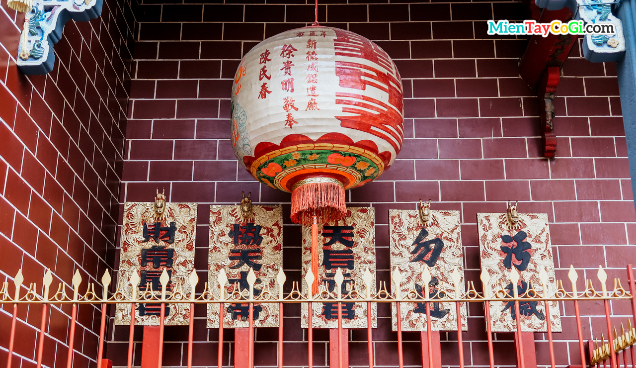Lồng đèn cỡ lớn trang trí ở chùa Ông