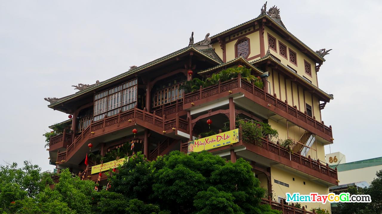 Ngôi chùa cao 5 tầng giữa lòng thành phố
