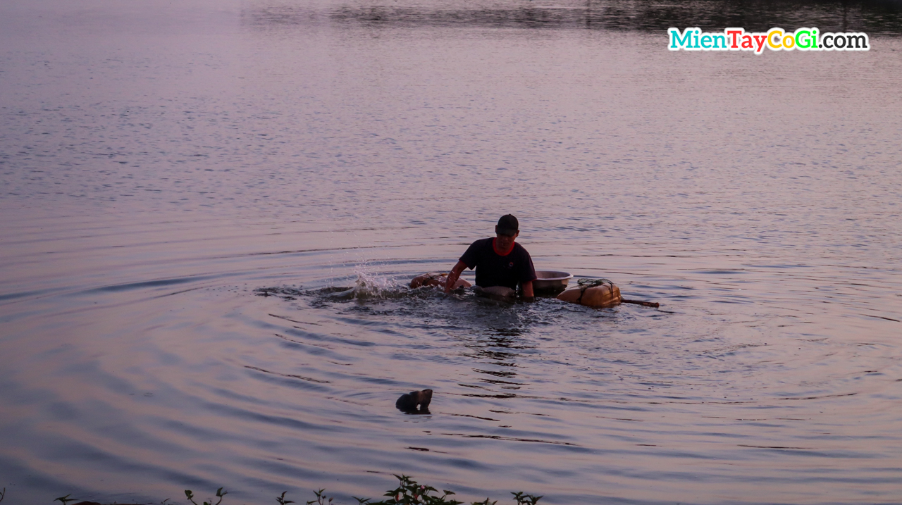 Người dân bắt cá giữa lòng thành phố