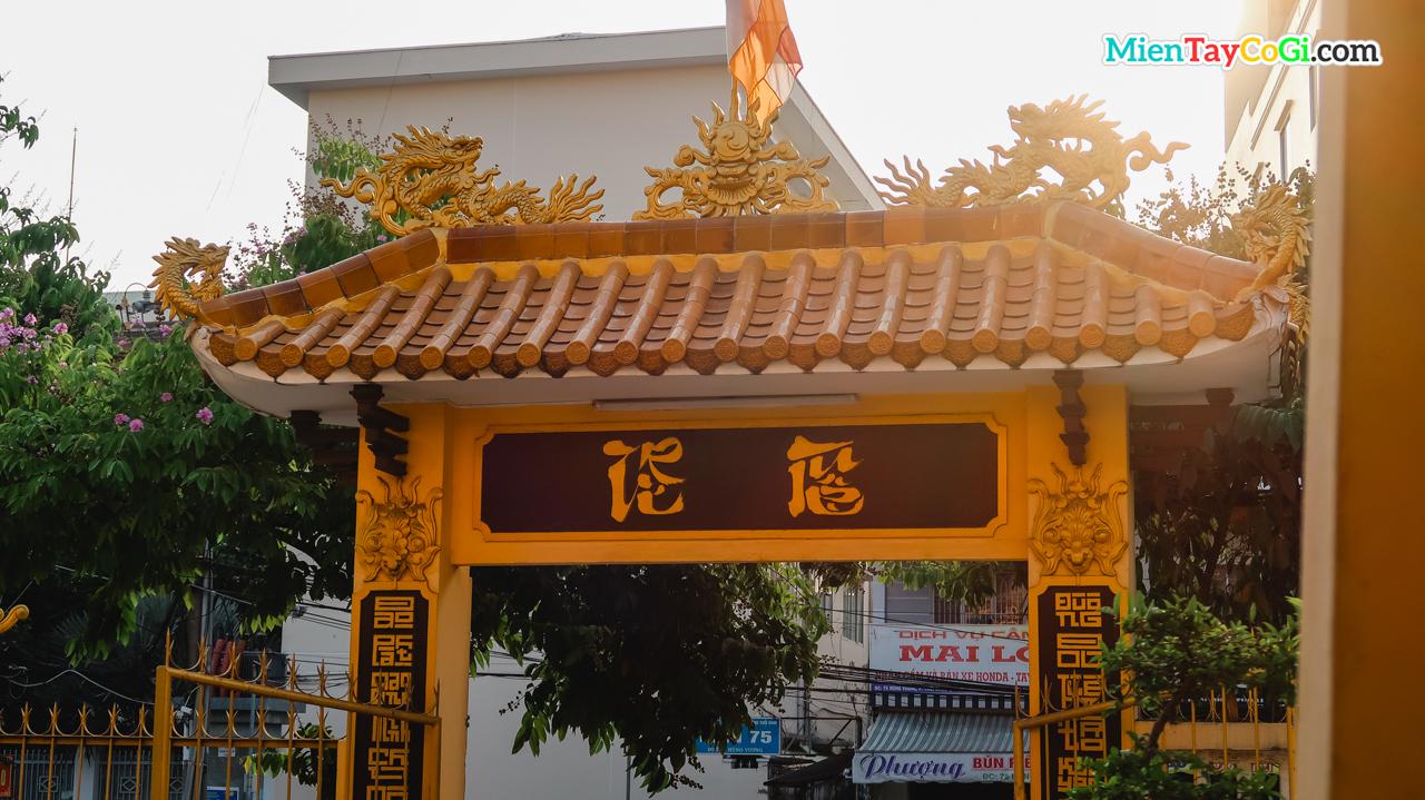 Nhìn từ trong ra cổng vào có chữ tiếng Việt là Trí Tuệ