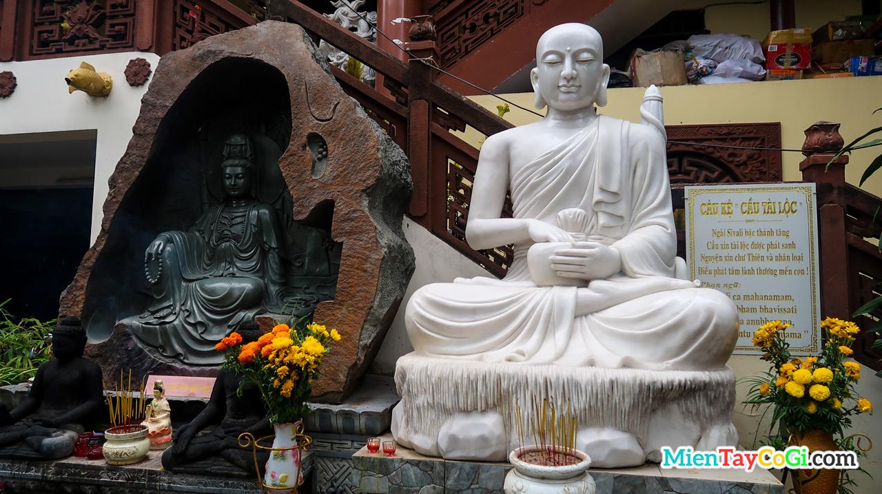 Những tượng Phật ở dưới khuôn viên chùa