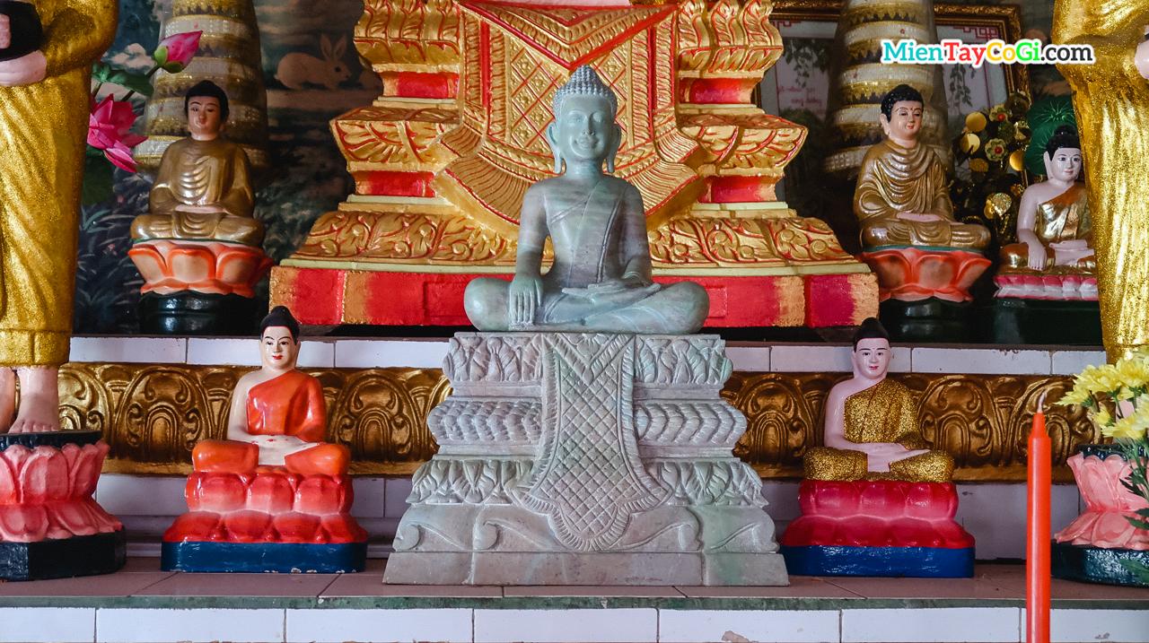 Những tượng Phật Thích Ca thờ ở gian phòng khách chùa