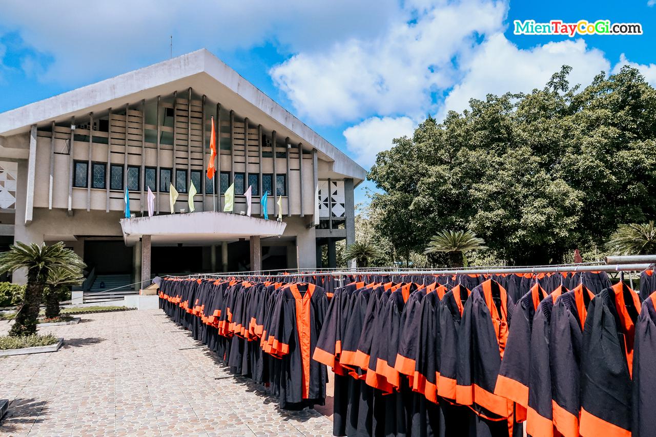 Phơi đồ trước lễ tốt nghiệp Đại học Cần Thơ