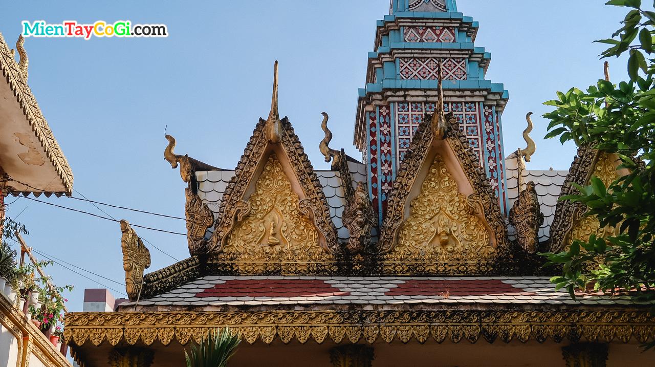 Phần mái một ngôi đền bên trong chùa