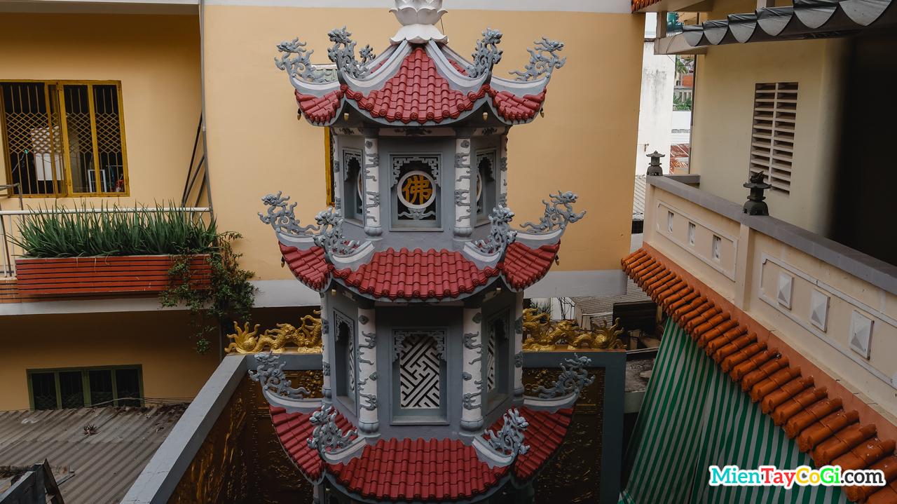 Phần trên bảo tháp chùa Quang Đức