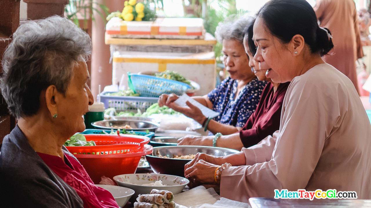Phật tử làm công quả nấu ăn ở chùa Phật Học