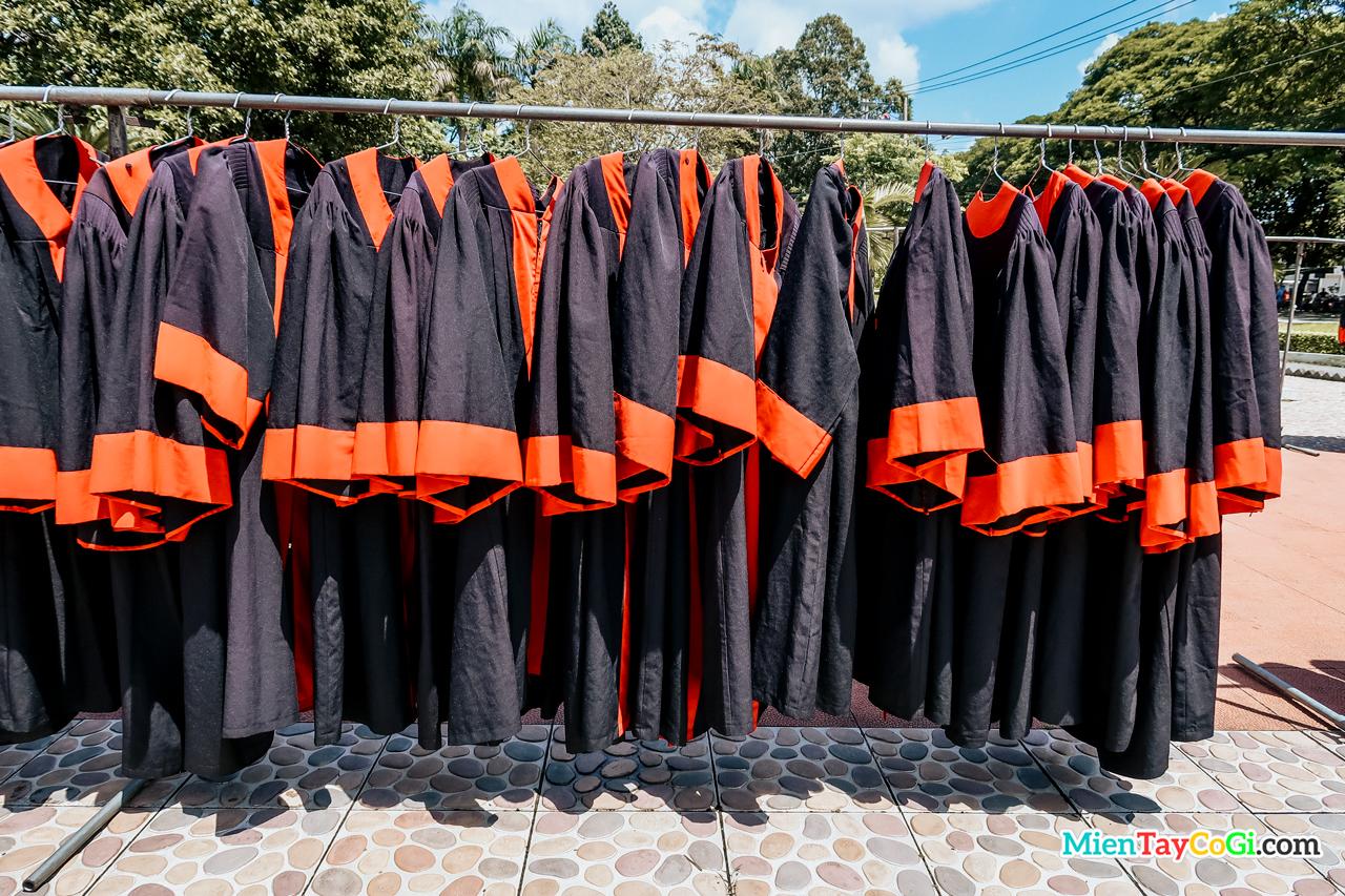 Quần áo tốt nghiệp sinh viên đại học Cần Thơ