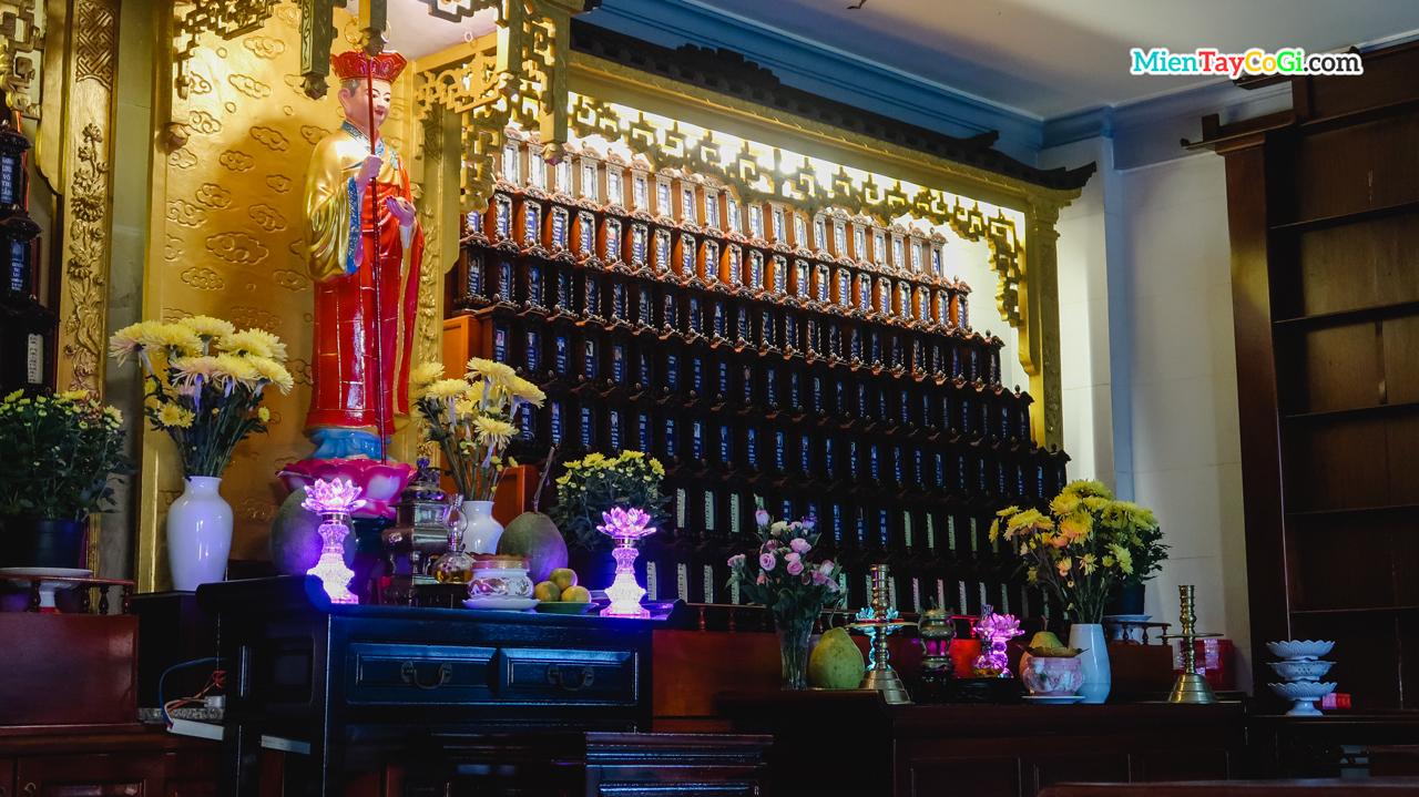 Tượng Bồ Tát Mục Thiền Liên và bài vị trong chùa Quan Âm