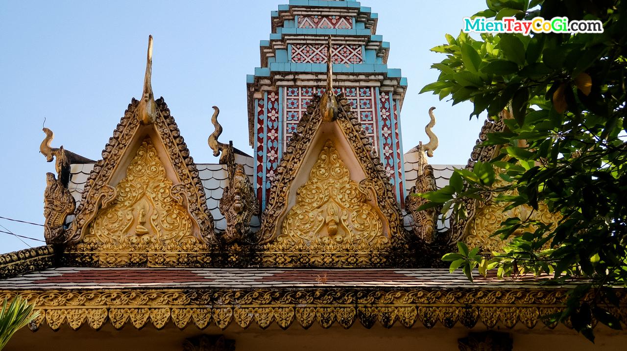 Tượng chim thần trên mái vòm chùa Khmer Cần Thơ