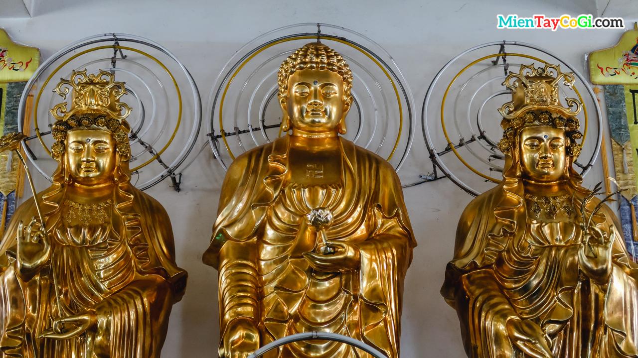 Tượng Phật ở phòng bên trên chánh điện
